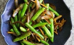 لوبیا سبز سرخشده با زنجبیل و پیاز