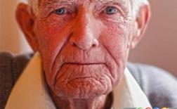 چه چیزی با افزایش سن سبب فرورفتگی دهان و فک می شود