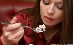 غذاهای عجیب و خطرناکی که انسان ها می خورند