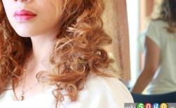 راهنمای مرحله به مرحله برای رنگ کردن موهای فر در خانه