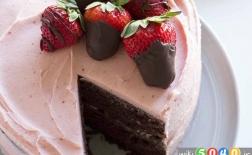 کیک قلبی شکلاتی و توت فرنگی