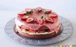 کیک اسفنجی توت فرنگی