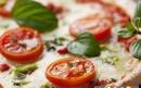 پیتزا گوجه فرنگی و پنیر موزارلا