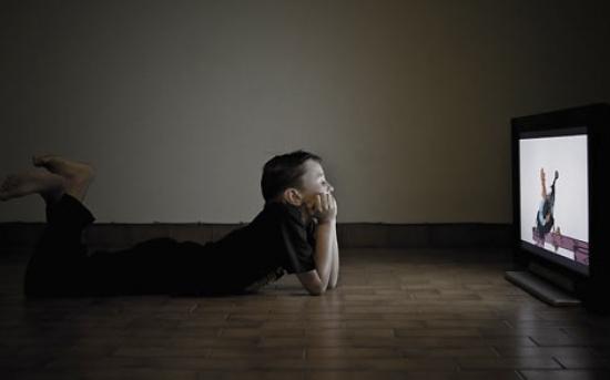 مضرات تماشای تلویزیون برای کودکان