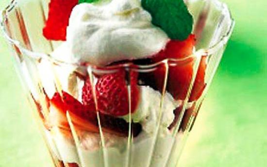 طرز تهیه بستنی با کارامل و توت فرنگی