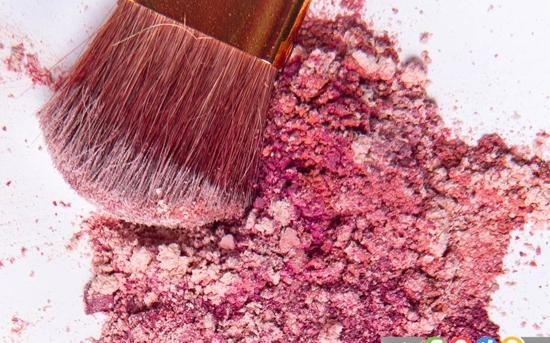 چگونه لکه لوازم آرایشی را از لباسمان پاک کنیم