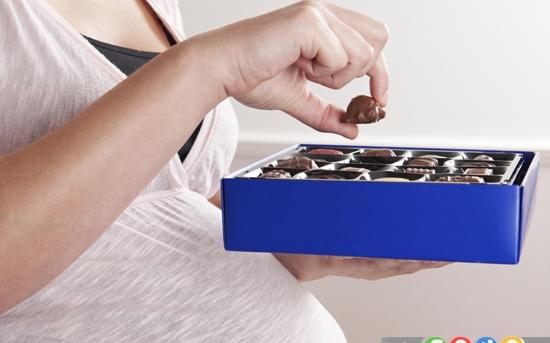 چرا زنان باردار باید شکلات بخورند