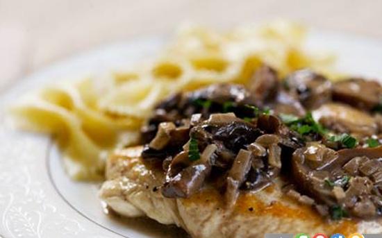 سینه ی مرغ با سس قارچ