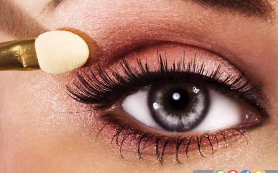 11 آسیبی که لوازم آرایشی به چشم شما می زند