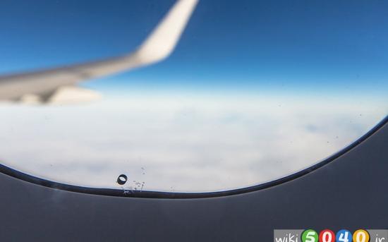 چرا پنجره هواپیما سوراخ ریزی دارد